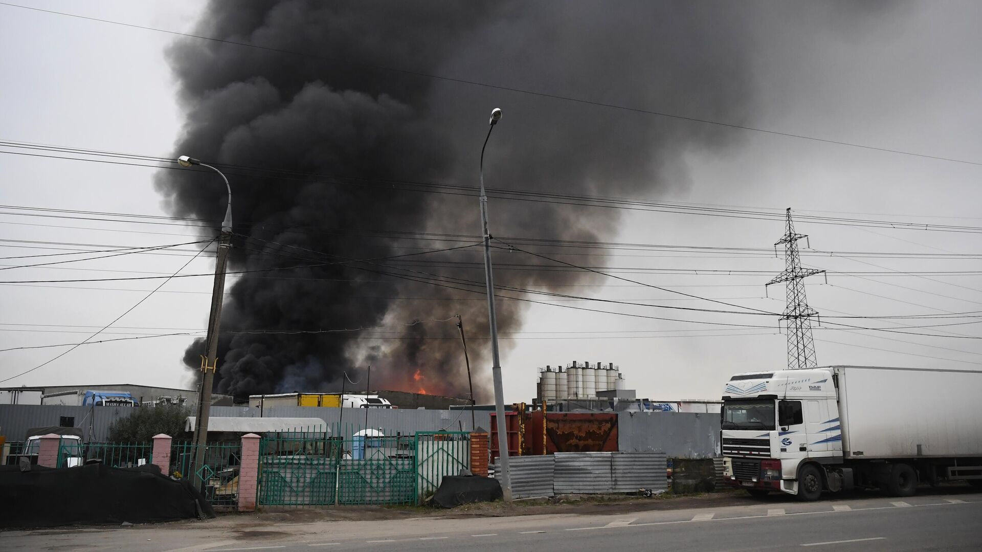 Пожар на складе со стройматериалами в Новой Москве - РИА Новости, 1920, 01.10.2021