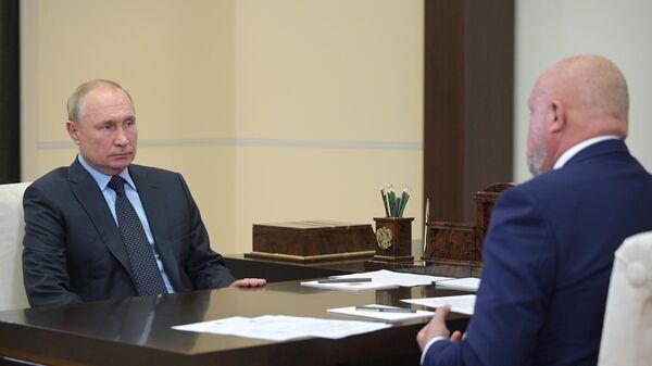 Президент РФ Владимир Путин и губернатор Кемеровской области Сергей Цивилев во время встречи