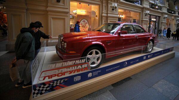 Автомобиль Bentley Continental R, представленный на выставке редких спорткаров в ГУМе в рамках ГУМ Янгтаймер Ралли