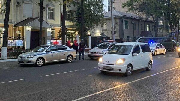 Оцепление у здания посольства Белоруссии в Бишкеке