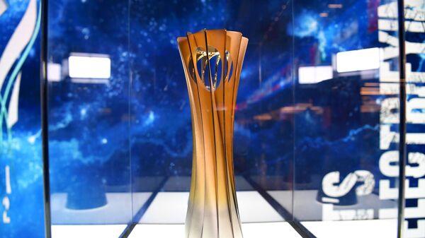 Главный трофей чемпионата мира по волейболу FIVB 2022 во время церемонии жеребьевки мужского чемпионата мира по волейболу 2022 года в России