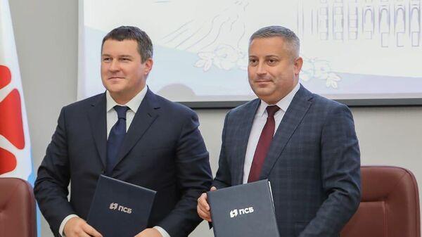 Заместитель председателя ПСБ банка Константин Басманов и глава города Северодвинск Игорь Скубенко после подписания соглашения о стратегическом партнерстве и развитии долгосрочного сотрудничества