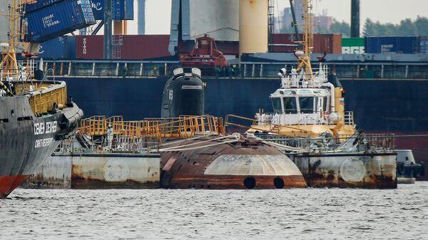 Атомная подводная лодка К-3 Ленинский комсомол в доках Северной верфи перед ее транспортировкой в Музей военно-морской славы в Кронштадте