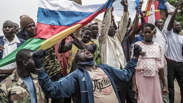 Русские и малийские флаги на демонстрации в Бамако против французского влияния в стране