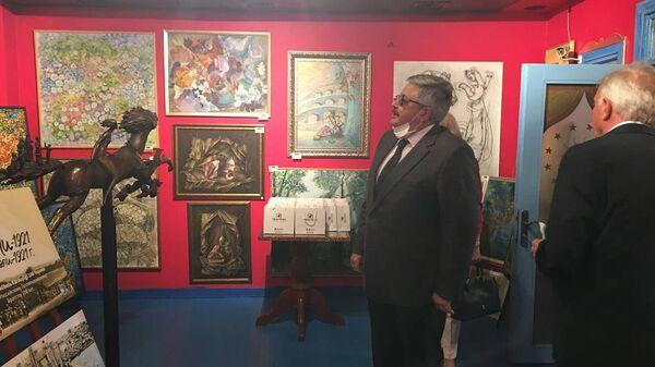 Посол РФ в Турции Алексей Ерхов осматривает экспозицию Дома турецко-российской дружбы