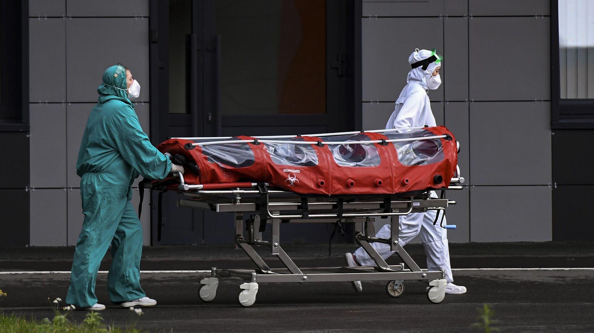 Медицинские сотрудники транспортируют пациента на каталке в Республиканскую клиническую инфекционную больницу в Казани, где возобновлен прием пациентов с COVID-19 - РИА Новости, 1920, 12.10.2021