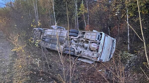 В Хабаровском крае опрокинулся автобус с 30 пассажирами