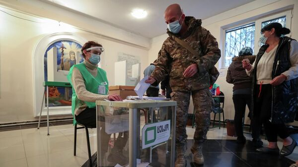 Избиратель голосует на муниципальных выборах в Тбилиси, Грузия