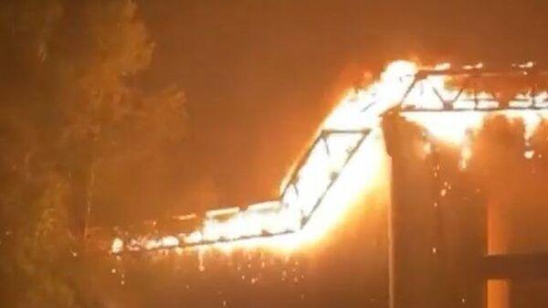 Кадры обрушения горящего моста над рекой Тибр в Риме