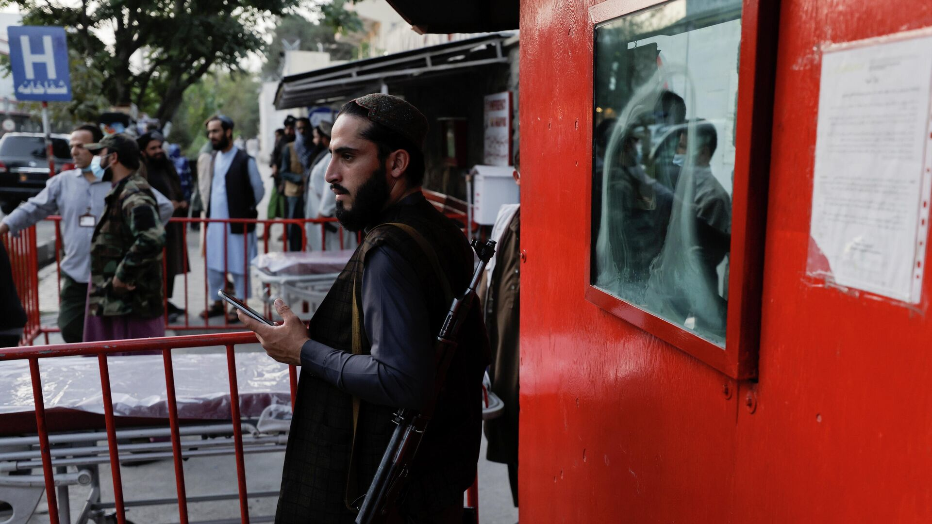 Боец Талибана* возле больницы скорой помощи, куда должны привезти пострадавших от взрыва у мечети в Кабуле, Афганистан - РИА Новости, 1920, 14.10.2021