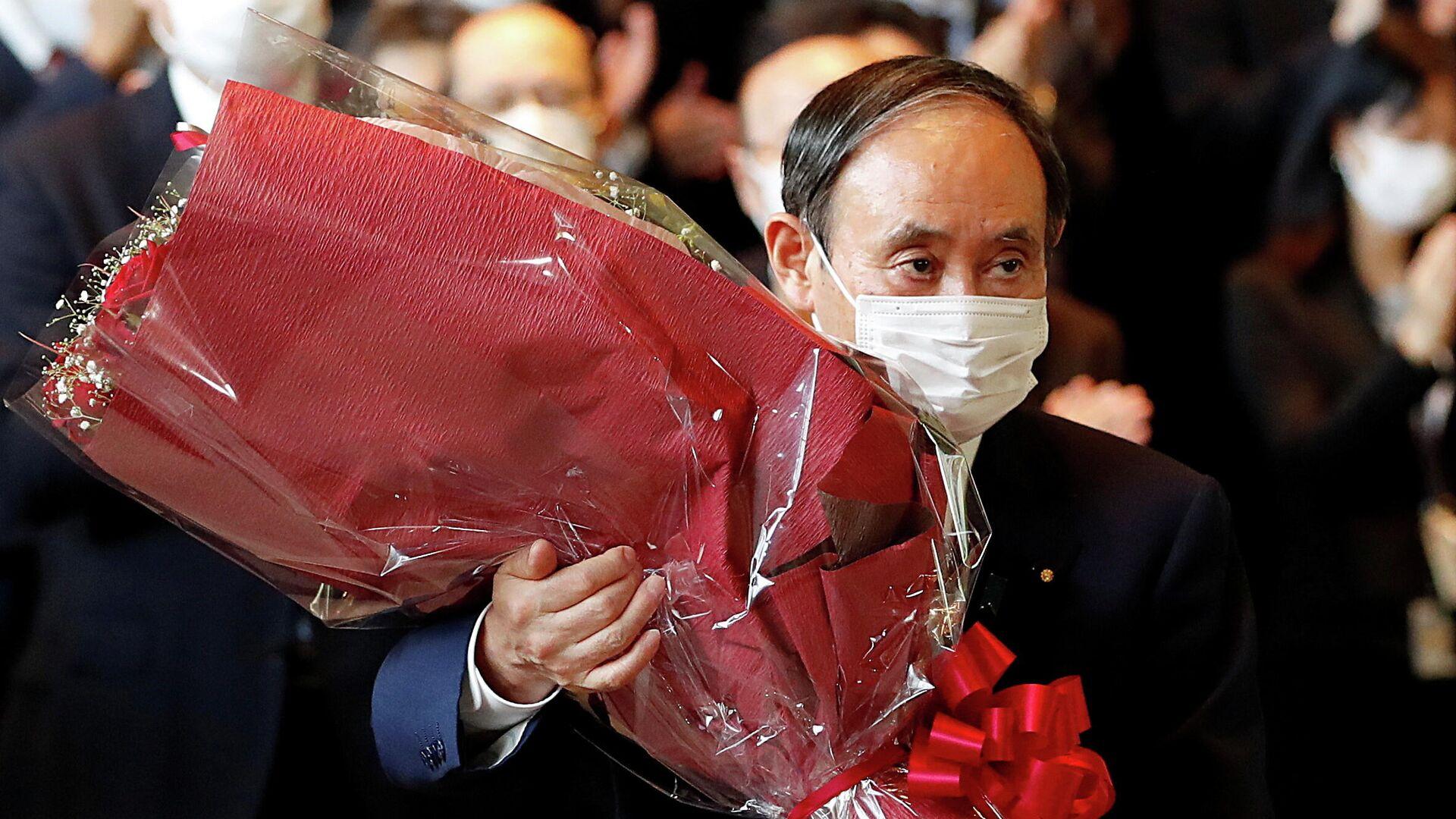 Уходящий в отставку премьер-министр Японии Есихидэ Суга покидает кабинет премьер-министра в Токио, Япония - РИА Новости, 1920, 04.10.2021