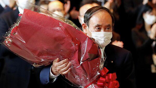 Уходящий в отставку премьер-министр Японии Есихидэ Суга покидает кабинет премьер-министра в Токио, Япония