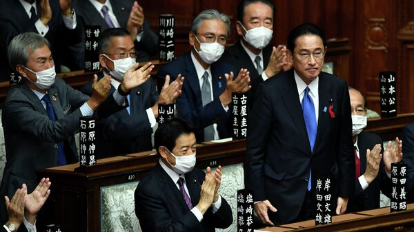 Лидер правящей Либерально-демократической партии Японии Фумио Кисида в парламенте в Токио после того, как он был избран новым премьер-министром