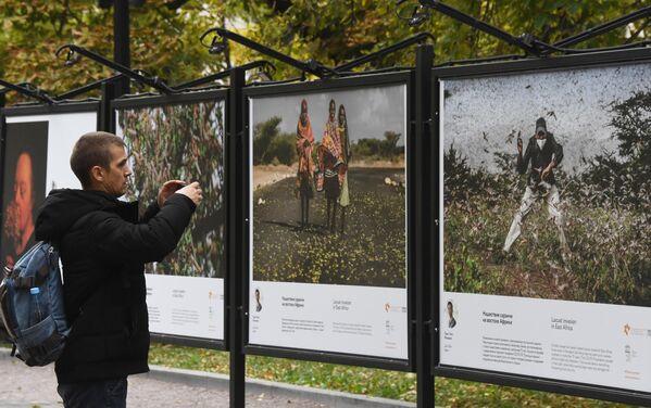 Выставка работ финалистов фотоконкурса им. А. Стенина на Гоголевском бульваре в Москве