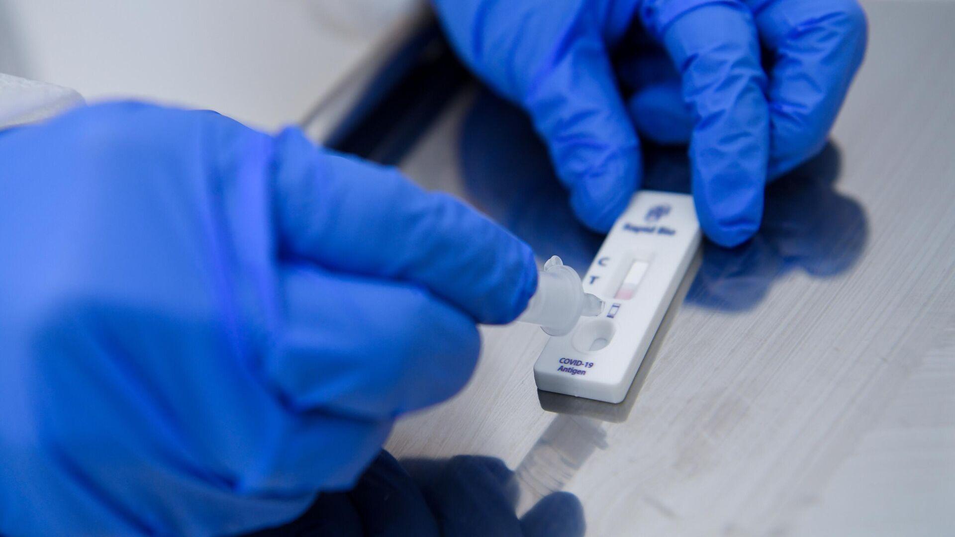Медицинский работник проводит экспресс-тестирование на COVID-19 в поликлинике No12 в Москве - РИА Новости, 1920, 11.10.2021