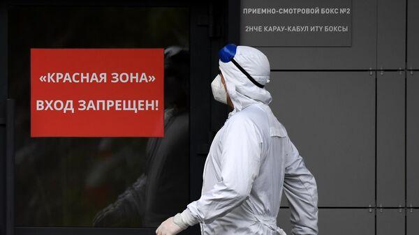 Медицинский сотрудник у входа в красную зону Республиканской клинической инфекционной больницы в Казани, где возобновлен прием пациентов с COVID-19