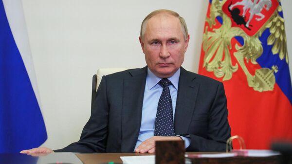 Президент РФ Владимир Путин проводит в режиме видеоконференции