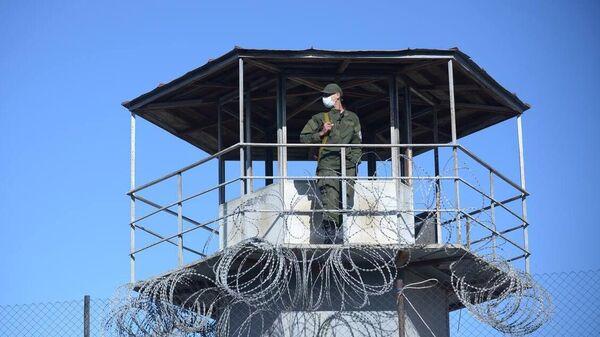 Охранник на вышке тюрьмы в Рустави, где содержится арестованный бывший президент Грузии Михаил Саакашвили
