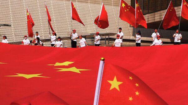 Китайский национальный флаг во время церемонии празднования 72-го Национального дня Китая