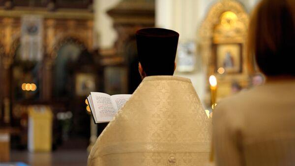 Священнослужитель во время свадебной церемонии
