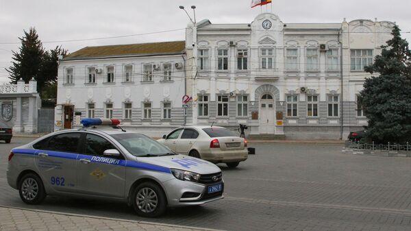 Автомобиль полиции у здания администрации Евпатории