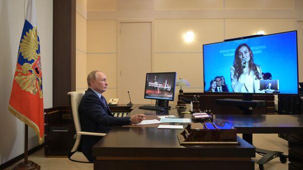 Президент РФ Владимир Путин проводит встречу в режиме видеосвязи с лауреатами и финалистами всероссийского конкурса Учитель года