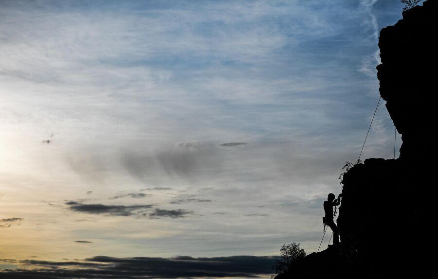 Скалолаз на скалах. Свердловская область