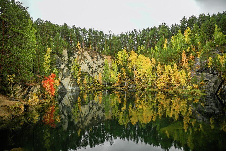 Озеро Тальков камень в Свердловской области, образовалось в результате хозяйственной деятельности человека. Своей красотой круглый год привлекает туристов. Октябрь 2020 года