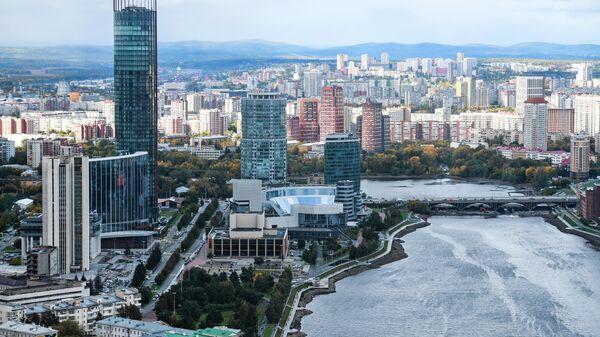 Вид на Екатеринбург со смотровой площадки небоскрёба Высоцкий, Екатеринбург. Октябрь 2020 года