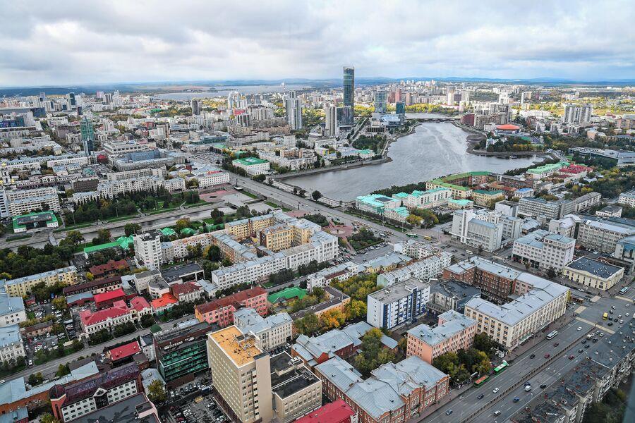 Город Екатеринбург со смотровой площадки небоскреба Высоцкий, Екатеринбург. Октябрь 2020 года