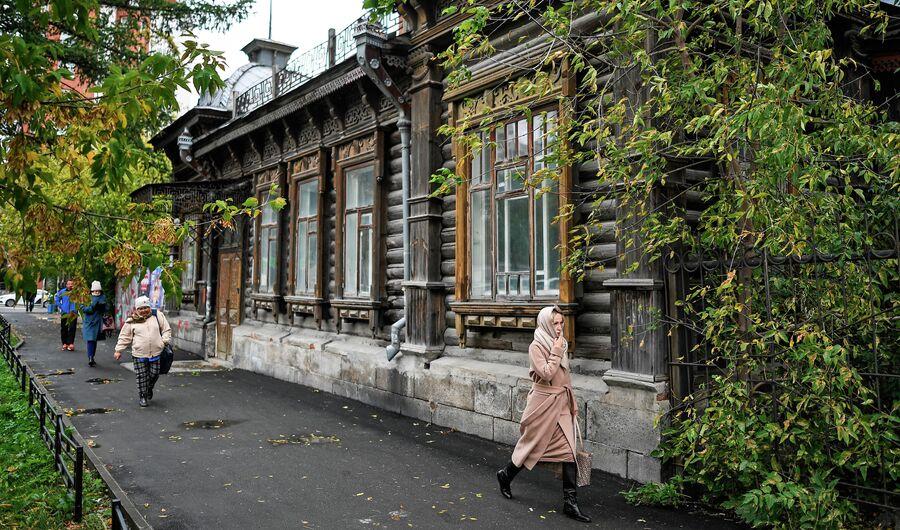 Усадьба Елизарьева, памятник деревянного зодчества в Екатеринбурге. Октябрь 2020 года