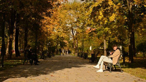 Отдыхающие в парке Декабрьского восстания в Москве