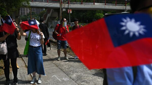 Люди с флагами Тайваня в Гонконге