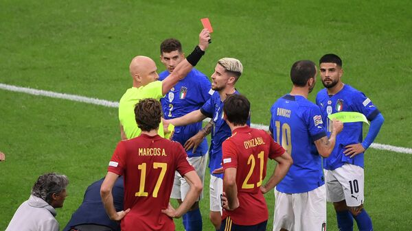 Российский арбитр Сергей Карасев в матче Италия - Испания