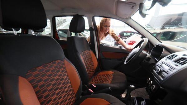 Девушка осматривает салон автомобиля