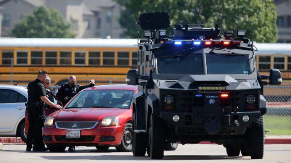 Полиция у школы Тимбервью в городе Арлингтон