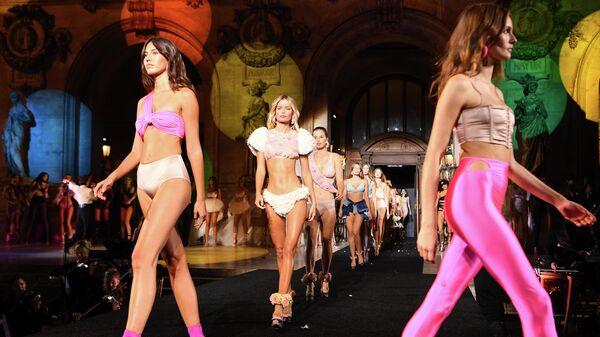 Показ коллекции белья Etam на неделе моды в Париже