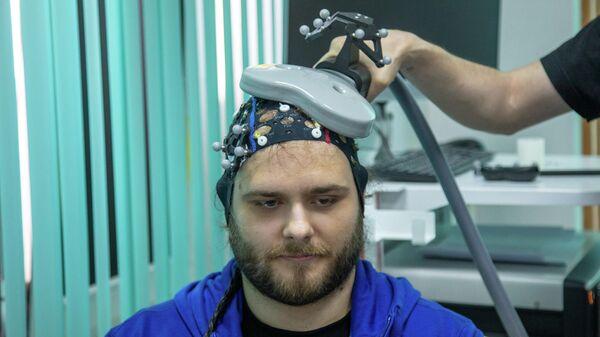 Проведение эксперимента с электроэнцефалограммой и транскраниальной магнитной стимуляцией