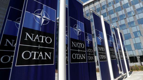 Баннеры с логотипом НАТО у здания штаб-квартиры организации в Брюсселе