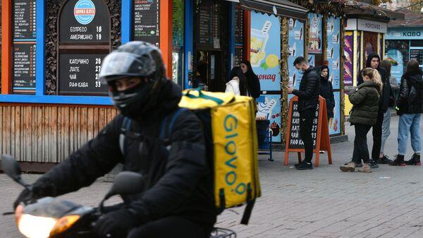 Курьер службы доставки на одной из улиц в Киеве