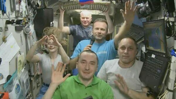 Киноэкипаж и российские космонавты на борту МКС