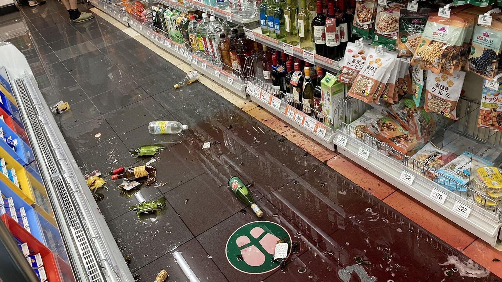 Повреждения в продуктовом магазине в Токио после землетрясения силой 6,1 балла - РИА Новости, 1920, 07.10.2021