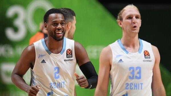 Игроки БК Зенит Джордан Лойд (слева) и Коннер Фрэнкамп радуются победе в матче 1-го тура регулярного чемпионата мужской баскетбольной Евролиги сезона 2021/2022 между БК УНИКС (Казань, Россия) и БК Зенит (Россия, Санкт-Петербург).