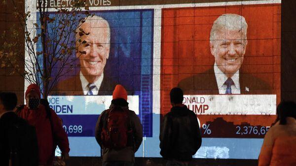 Экран с предварительным подсчетом голосов на президентских выборах в Вашингтоне, США