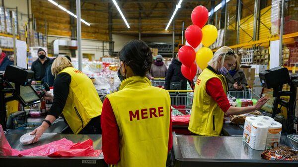 Посетители в магазине торговой сети Светофор в Риге
