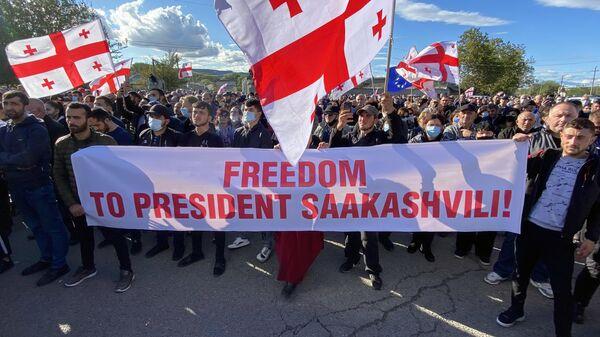 Участники митинга за освобождение арестованного бывшего президента Грузии Михаила Саакашвили у здания тюрьмы в Рустави