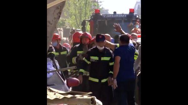 Младенца достают из-под завалов в Батуми