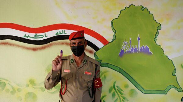 Человек, проголосовавший на парламентских выборах в Ираке