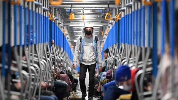 Люди едут в поезде Московского метрополитена