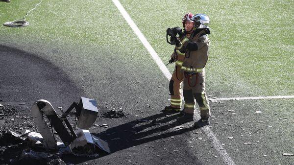Пожарные Андорры у сгоревшего экрана VAR после пожара на стадионе Эстади Насьонал